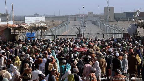 پاکستانی سرحد پر موجود ہزاروں افغانوں کی امیدیں ٹوٹ رہی ہیں