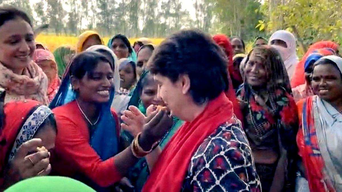 پرینکا گاندھی نے 'کھیت' میں خواتین سے کی ملاقات، ساتھ کھایا کھانا، دیکھیں ویڈیو