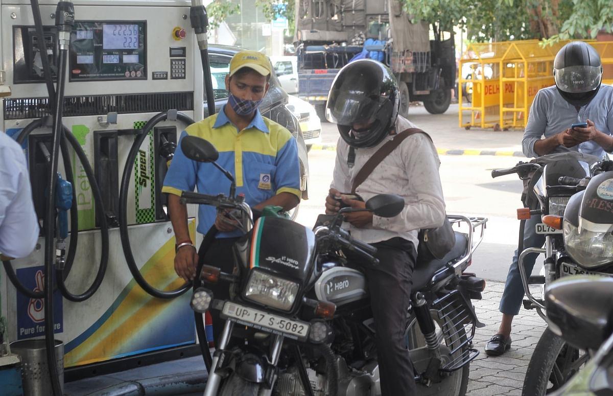ایندھن قیمتوں میں اضافہ کا سلسلہ جاری، دہلی میں پٹرول 106 روپے فی لیٹر کے قریب