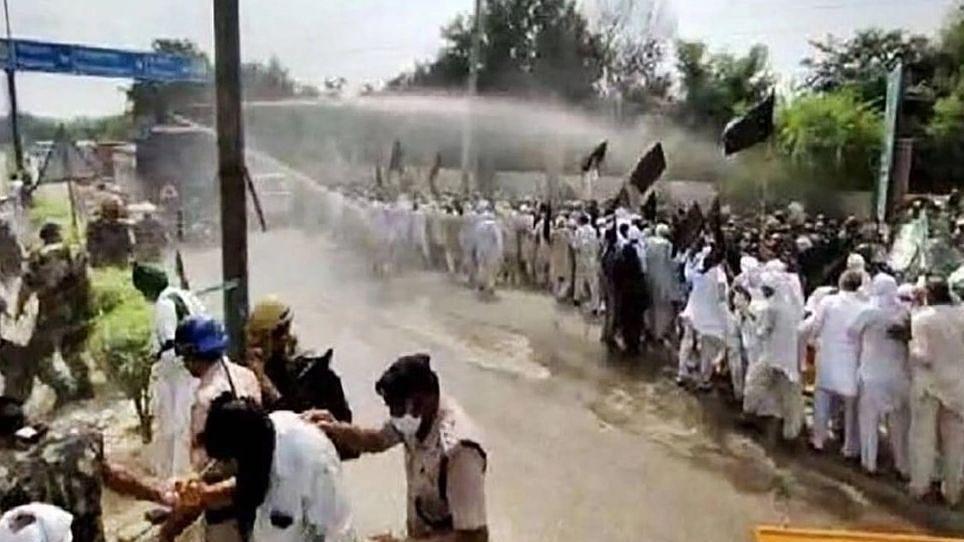 ہریانہ: کسانوں کا وزیر اعلیٰ کھٹر کی رہائش کی جانب کوچ، مظاہرین سے جھڑپ، پولیس نے کی پانی کی بوچھاڑ