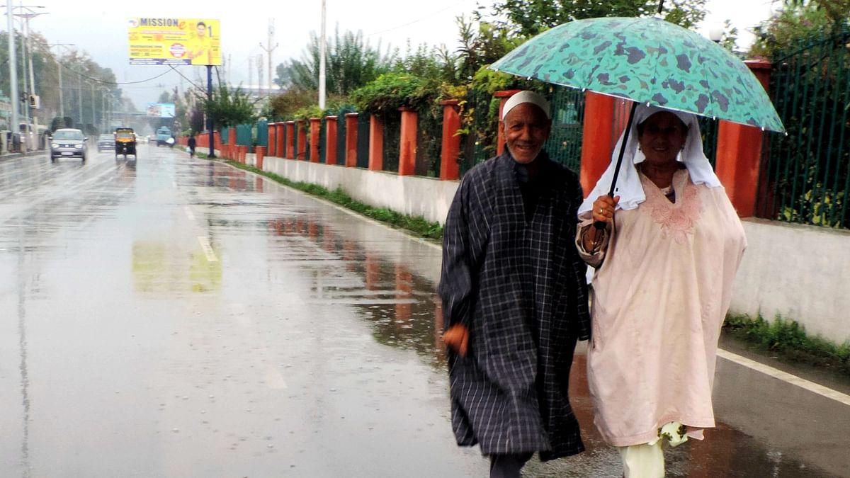 کشمیر میں بارش / یو این آئی