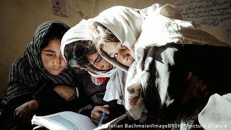 افغانستان کے کچھ علاقوں میں لڑکیوں کو تعلیم کی مکمل اجازت