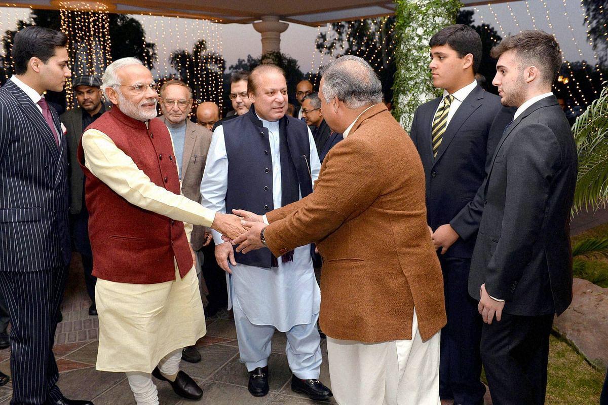 लाहौर में नवाज़ शरीफ के घर पर पीएम मोदी का स्वागत करते पाक अधिकारी. (<b>फोटो: PTI</b>)