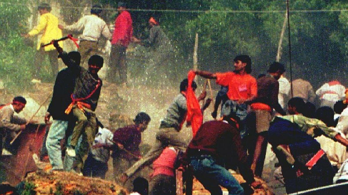 रामलला की स्थापना के 43 साल बाद बाबरी मस्जिद को तोड़ दिया गया. (फोटो: Reuters)