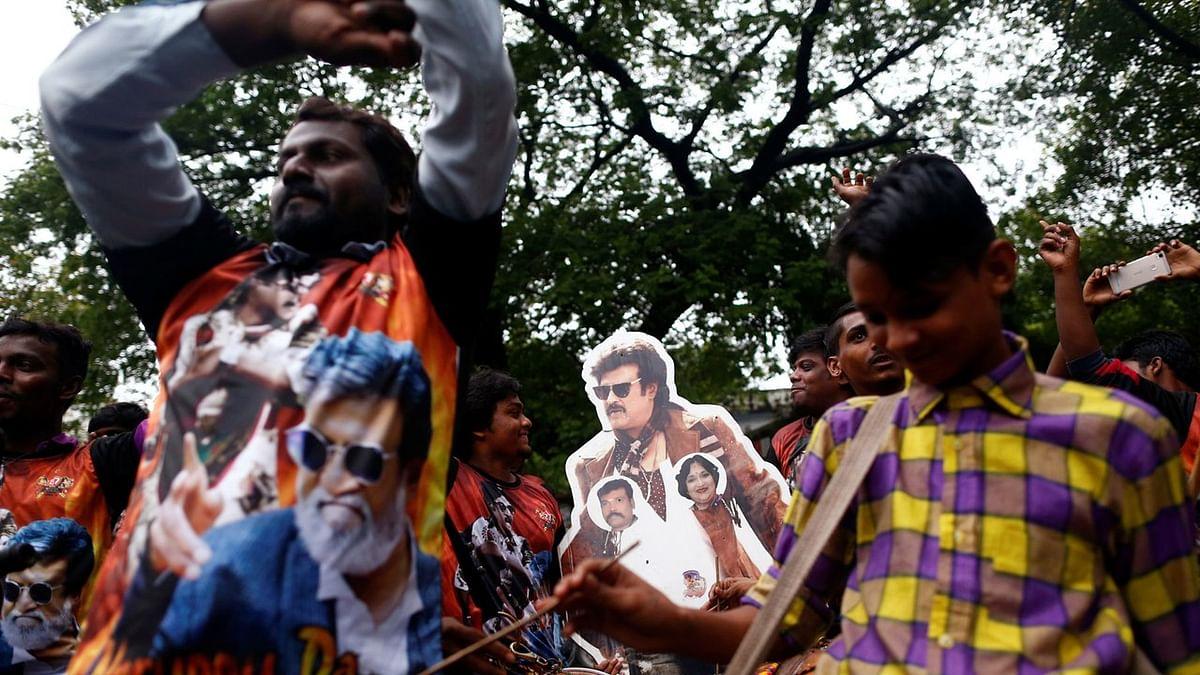 रजनीकांत की फिल्म कबाली की रिलीज के बाद जश्न मनाते फैंस. (फोटो: Reuters/Danish Siddiqui)
