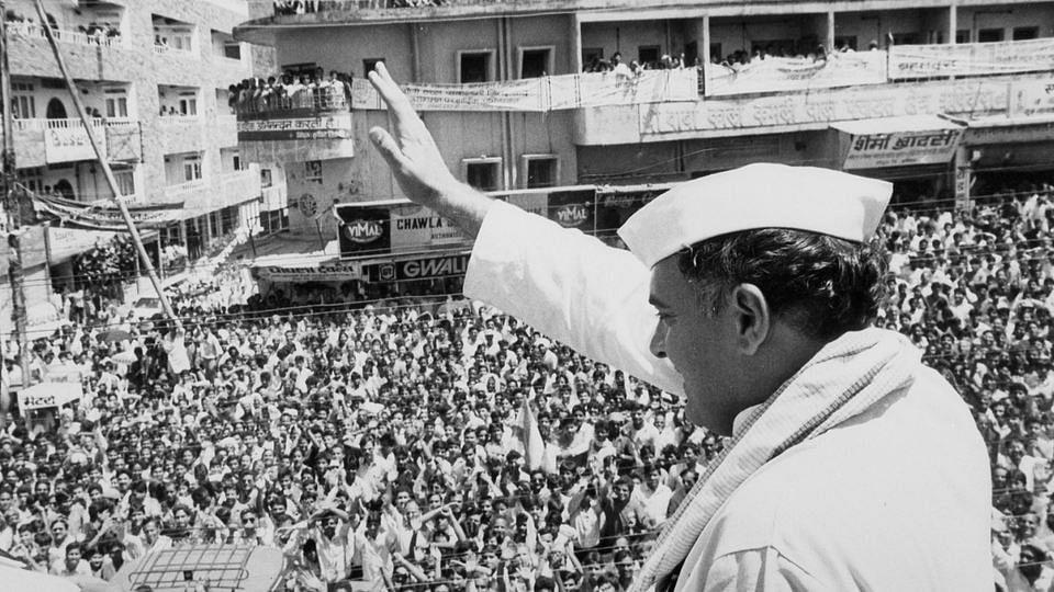 उत्तरप्रदेश की एक रैली में पूर्व प्रधानमंत्री राजीव गांधी (फोटो: रॉयटर्स)