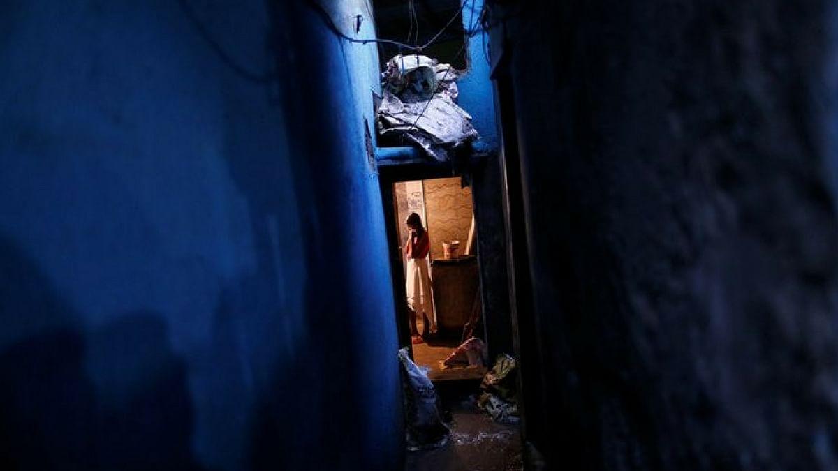 मुंबई की झुग्गी बस्ती  निर्माणाधीन ईमारत के अंदर खड़ी हुई एक लड़की. (फोटो: रॉयटर्स / डेनिश सिद्दीकी)