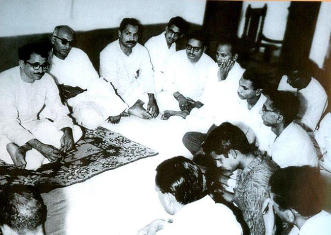 दीनदयाल पत्रकारों के साथ बातचीत करते हुए