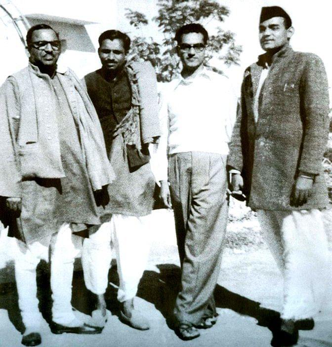 दीनदयाल के साथी और दोस्त उनके मजबूत विचारों और राजनीतिक नजरिये से काफी प्रभावित थे. यहां उनको पूर्व प्रधानमंत्री अटल बिहारी वाजपेयी के साथ देखा जा सकता है