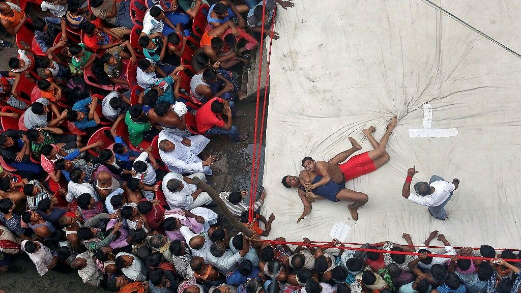 कोलकाता में दिवाली समारोह के दौरान शौकिया कुश्ती मैच  लड़ते पहलवान  (फोटो: Reuters/Rupak De Chowdhuri)