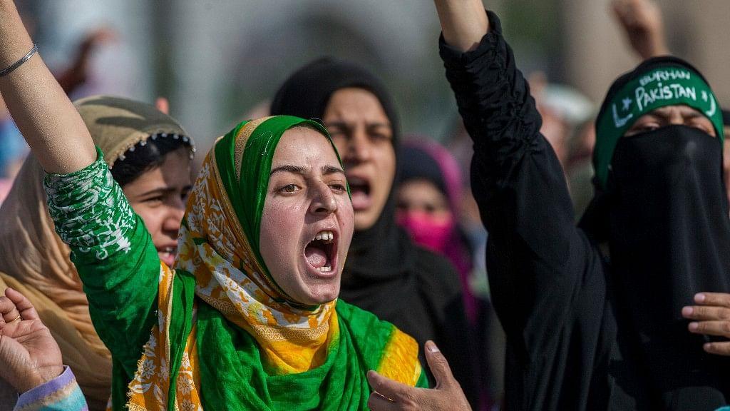 कश्मीरी महिलाओं ने 8 अक्टूबर, 2016 को श्रीनगर में जुनैद अहमद की शवयात्रा के दौरान सरकार विरोधी नारे लगाए (फोटो: एपी/डर यासीन)
