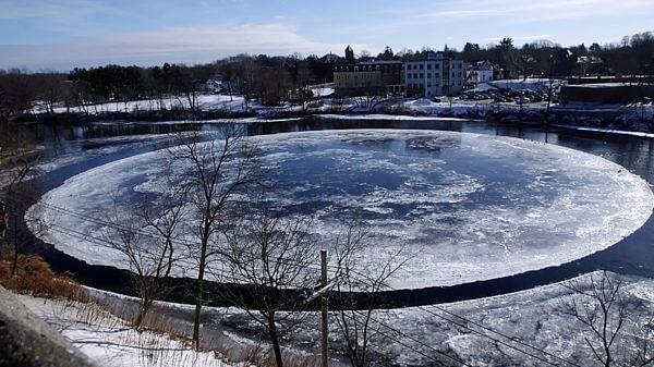 नदी में बनी बर्फ की बड़ी सी तश्तरी, क्या एलियंस दे रहे हैं संकेत?
