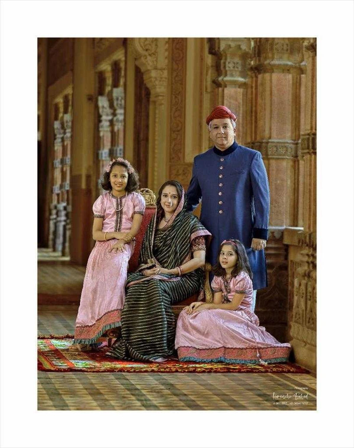 लेखिका का उनके परिवार के साथ फोटो