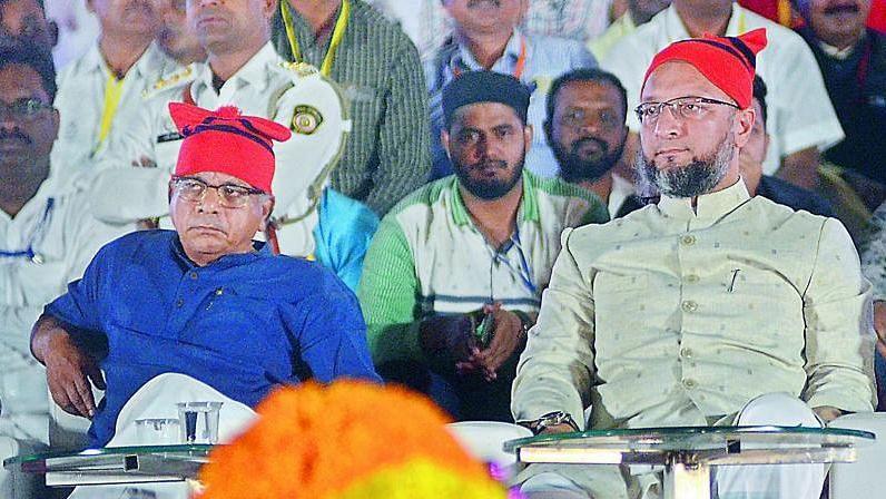 मुंबई के शिवाजी पार्क मैदान पर शनिवार को प्रकाश अंबेडकर और असदुद्दीन ओवैसी ने बड़ी सभा को सम्बोधित किया.