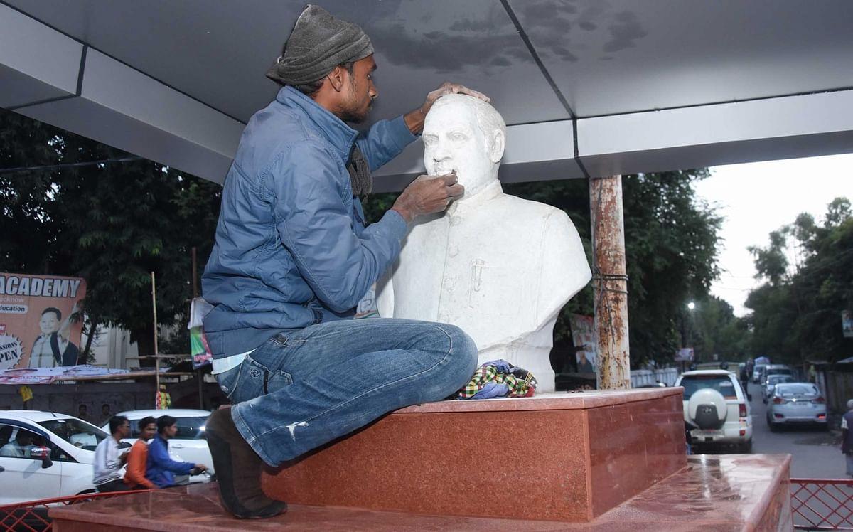 प्रियंका गांधी के दौरे से पहले लखनऊ में पूर्व प्रधानमंत्री राजीव गांधी की प्रतिमा को संवारता कार्यकर्ता