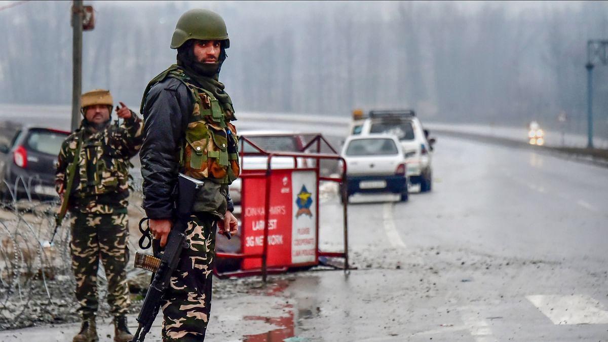 14 फरवरी को पुलवामा के अवंतिपोरा में सुसाइड बम ब्लास्ट की जगह पर तैनात सुरक्षाकर्मी