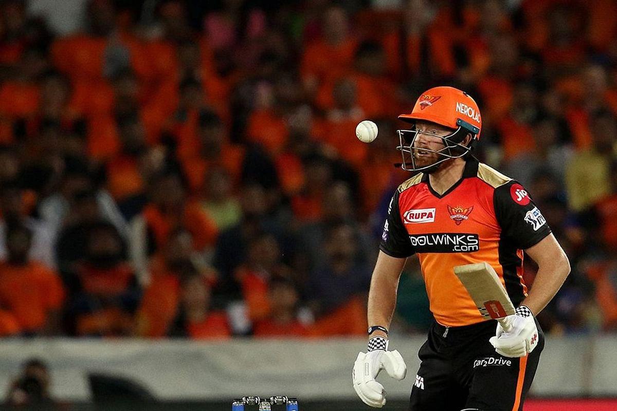 सनराइजर्स हैदराबाद के जॉनी बेयरस्टो शॉट खेलने के बाद गेंद को दिखते हुए