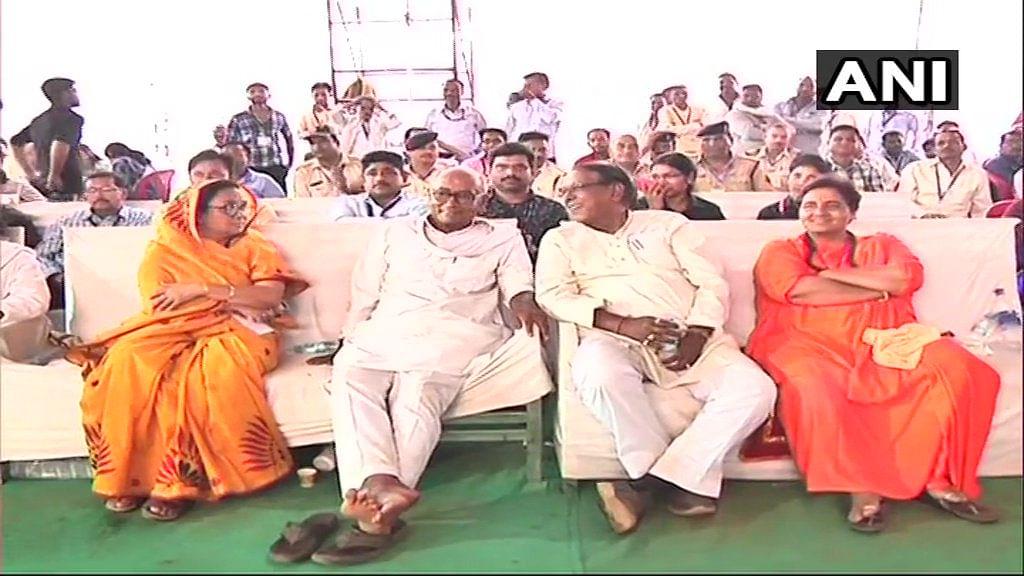 भोपाल के एक काउंटिंग सेंटर पर कांग्रेस के दिग्विजय सिंह और बीजेपी की प्रज्ञा ठाकुर आस-पास बैठे नजर आए