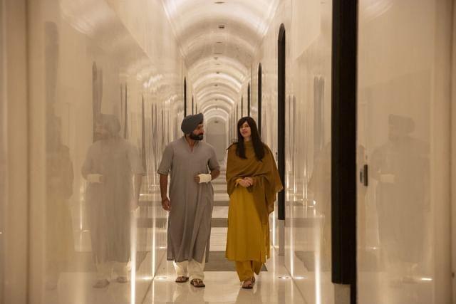 सरताज सिंह(सैफ अली खान) और बात्या एबलमैन(क्लकि केकलां) आश्रम के टूर पर