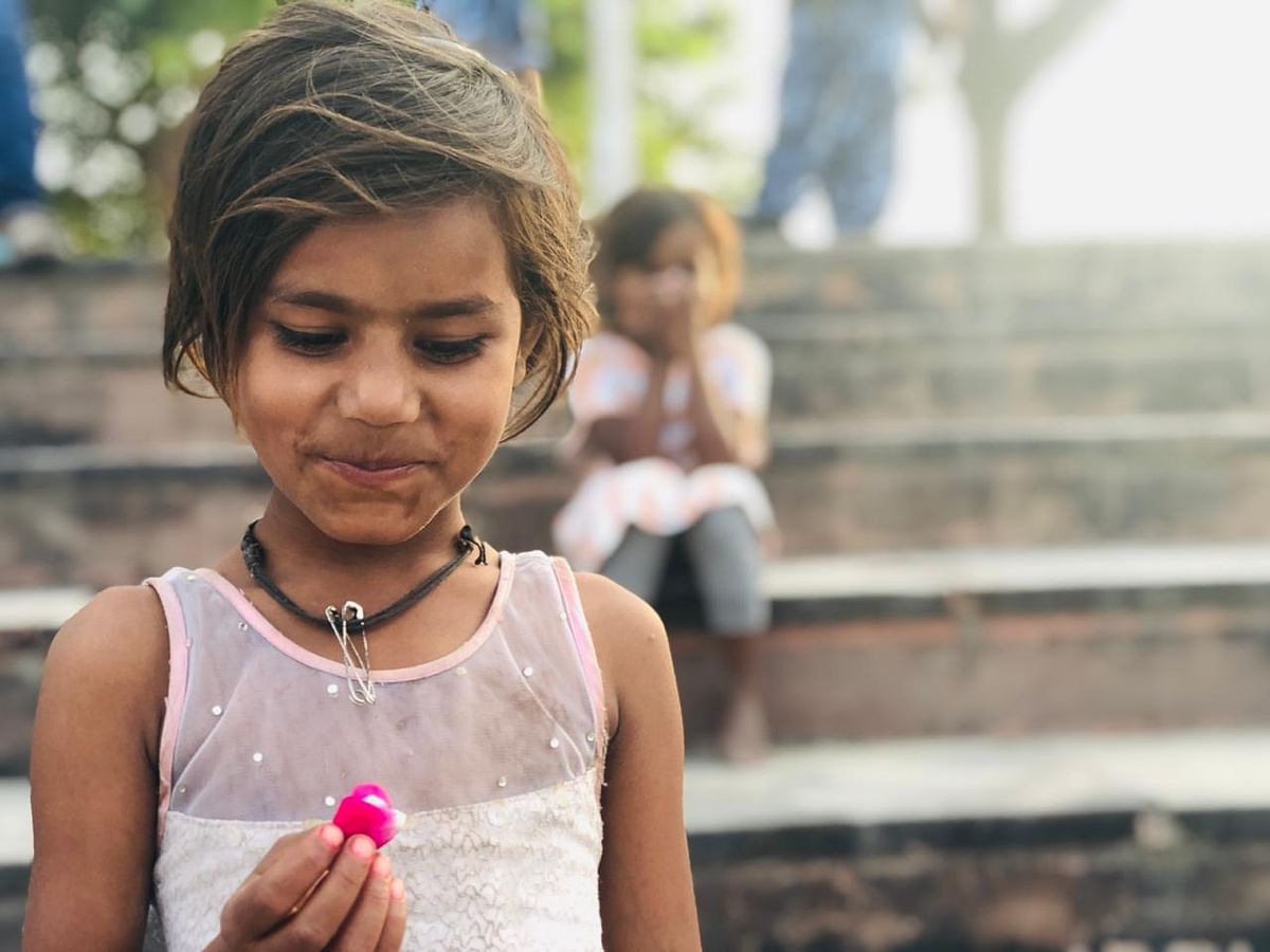 अयोध्या में श्री राम की झांकी पर बरसाए गए फूलों में से एक पंखुड़ी को घर ले जाने के लिए उठा लिया