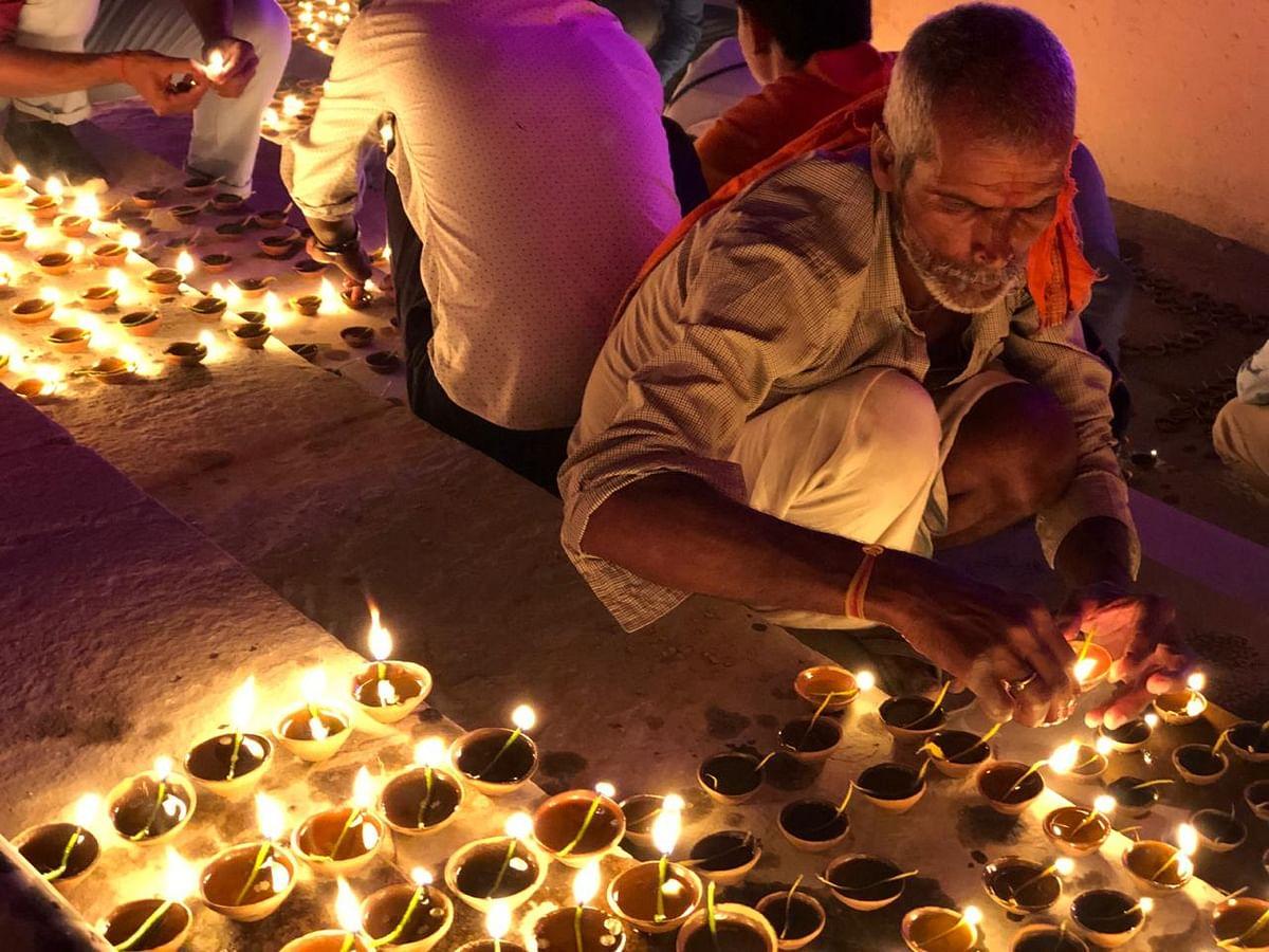 अयोध्या में स्थानीय लोग भी दीपोत्सव में ले रहे हैं हिस्सा