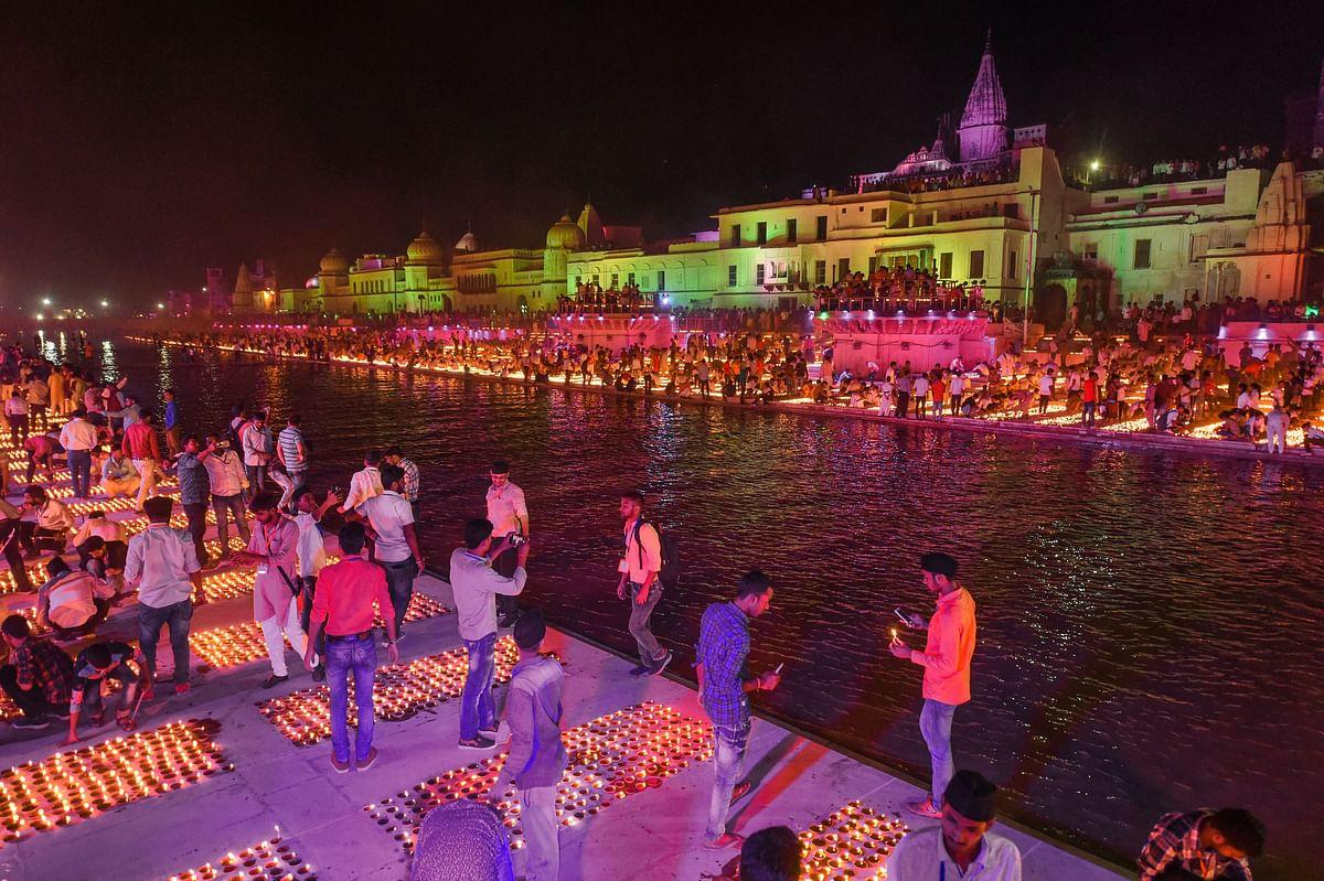 स्थानीय लोग और पर्यटक बड़ी संख्या में भव्य दीपोत्सव समारोह में शामिल हुए