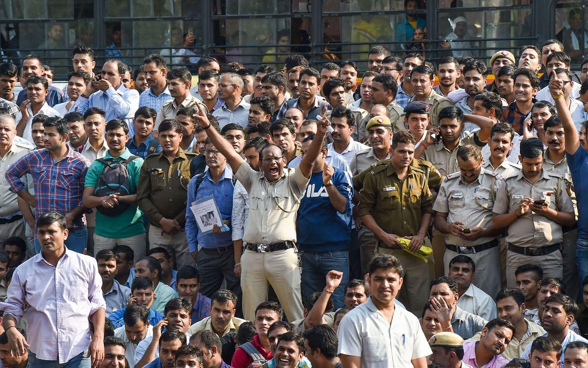 5 नवंबर को दिल्ली पुलिसकर्मियों ने तीस हजारी कोर्ट में हुई हिंसा के विरोध में किया प्रदर्शन