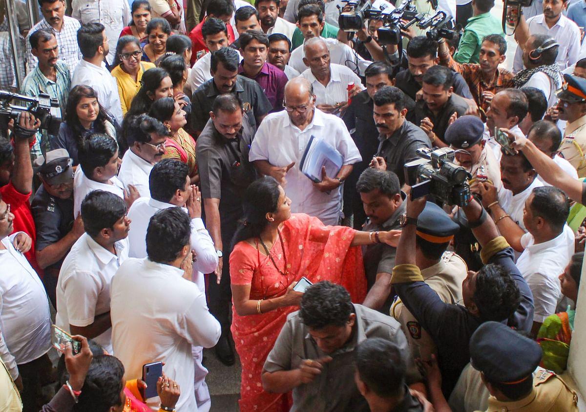 एनसीपी चीफ शरद पवार अपनी बेटी और पार्टी सांसद सुप्रिया सुले के साथ