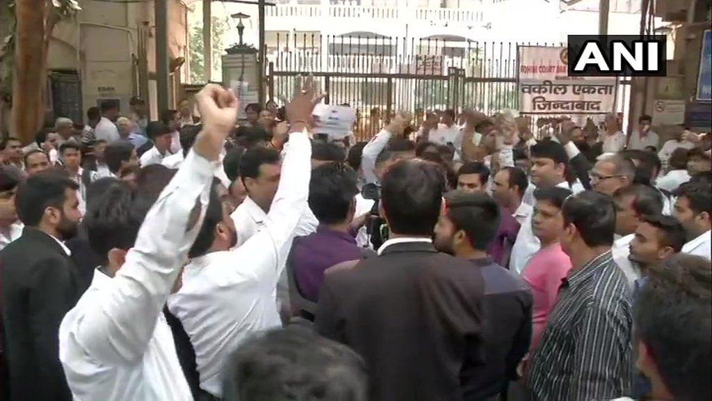 दिल्ली पुलिस के बाद अब वकीलों का प्रदर्शन, कोर्ट के गेट किए सील