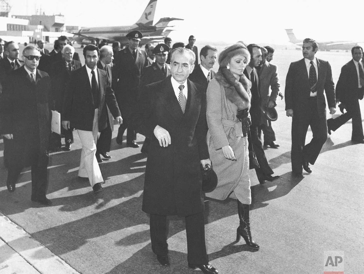 अपनी पत्नी के साथ ईरान छोड़ कर मिस्र जाते शाह पहलवी