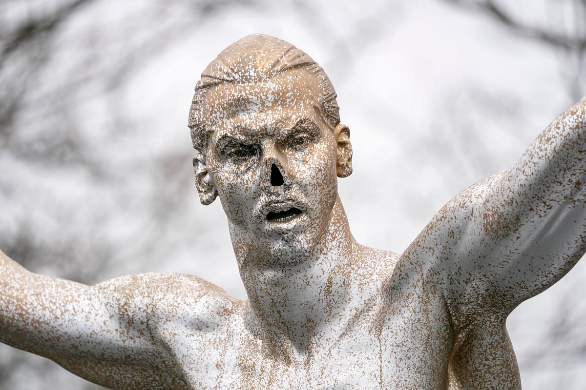 माल्मो के नाराज फैंस ने ज्लाटान की प्रतिमा की नाक ही उखाड़ दी