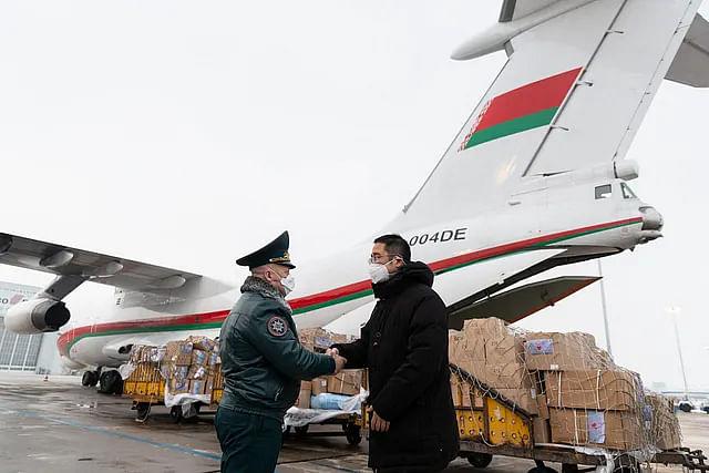 चीन को बेलारूसी चिकित्सा मदद की दूसरी खेप लेकर इल्यूशिन II-76 बीजिंग अंतरराष्ट्रीय हवाई अड्डे पर पहुंचा. तस्वीर में चीन के प्रतिनिधि ल्यूझूसांग (दाहिने) बेलारूस के आपातकालीन परिस्थिति विभाग के उप मंत्री ईगोर बोलोतोव का आभार जताते हुए.
