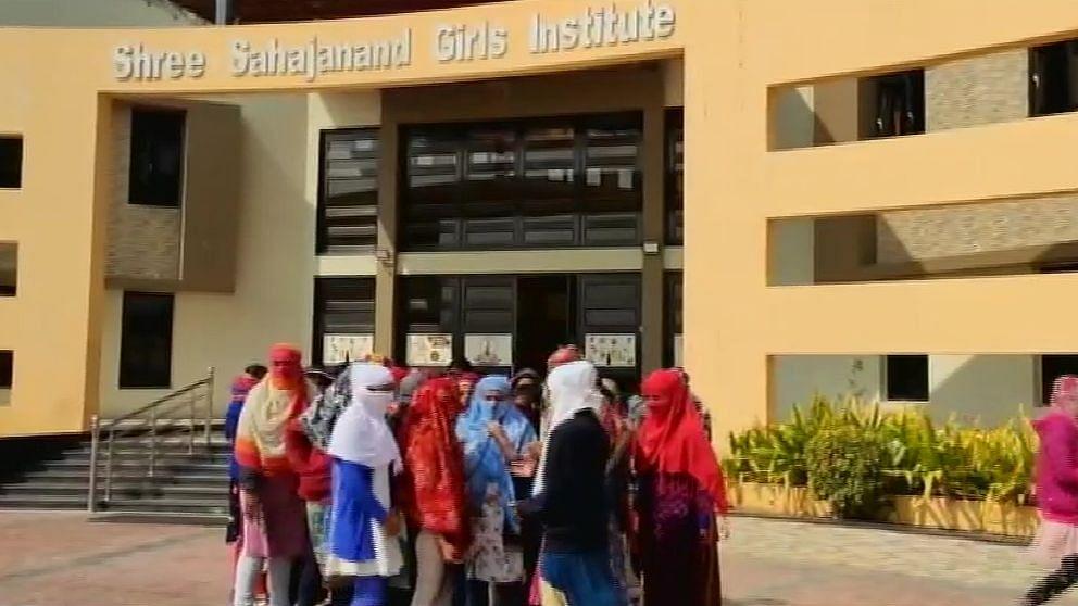 महिला आयोग ने इस मामले में संज्ञान लेकर जांच के आदेश दिए हैं