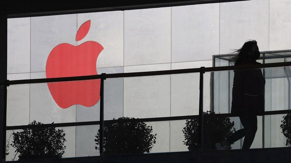 चीन में कई कंपनियों के स्टोर और फैक्ट्रियां बंद