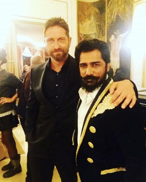 गेरार्ड बटलर के साथ अजय जेठी.