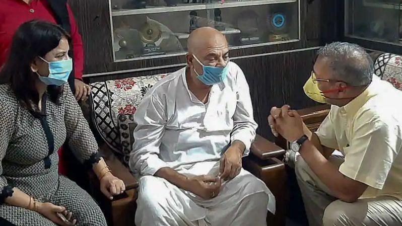 FIR में आरोप: सुशांत के खाते से निकले 15 करोड़, रिया देती थी धमकी