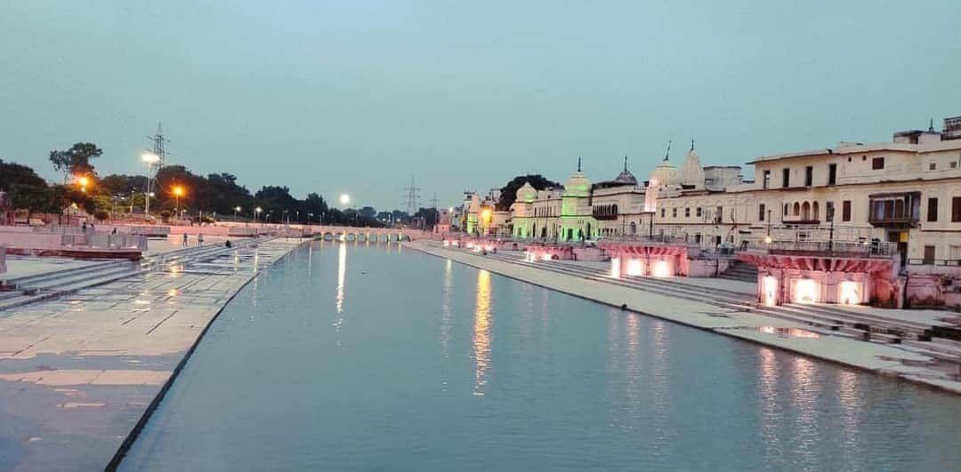अयोध्या में घाटों को पूरी तरह से साफ किया गया है और आसपास सजावट की जा रही है