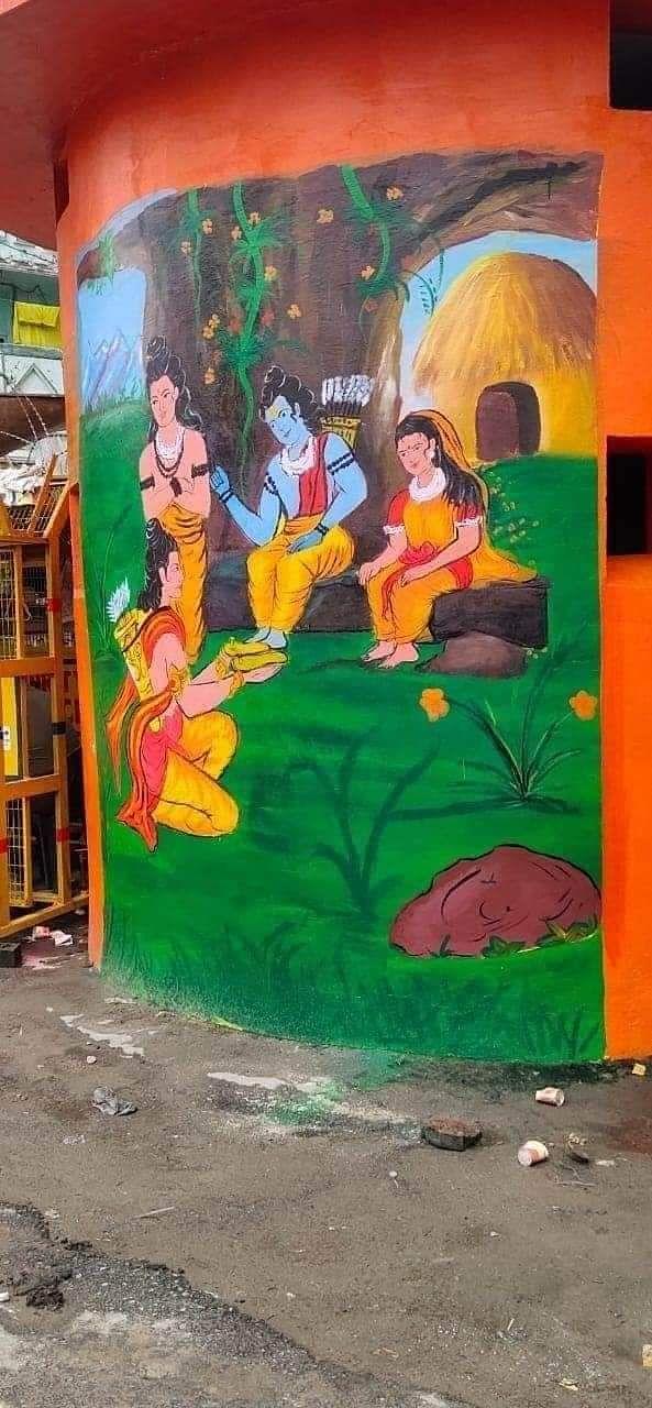 मंदिरों के आसपास दीवारों पर भगवान राम और सीता माता की तस्वीरें बना दी गई हैं