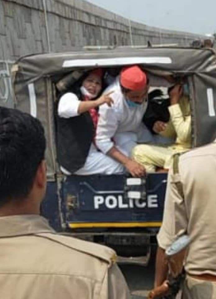 कानपुर में समाजवादी पार्टी के कार्यकर्ताओं को हिरासत में लेती पुलिस
