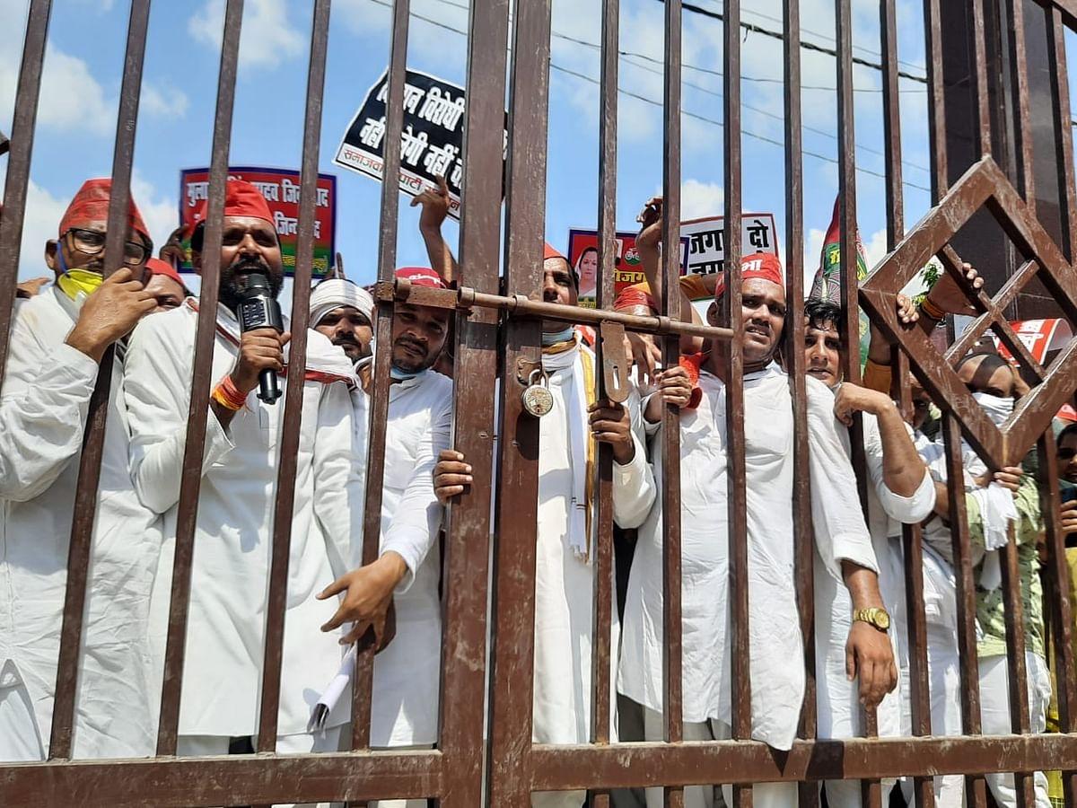घाटमपुर में विरोध करते समाजवादी कार्यकर्ता