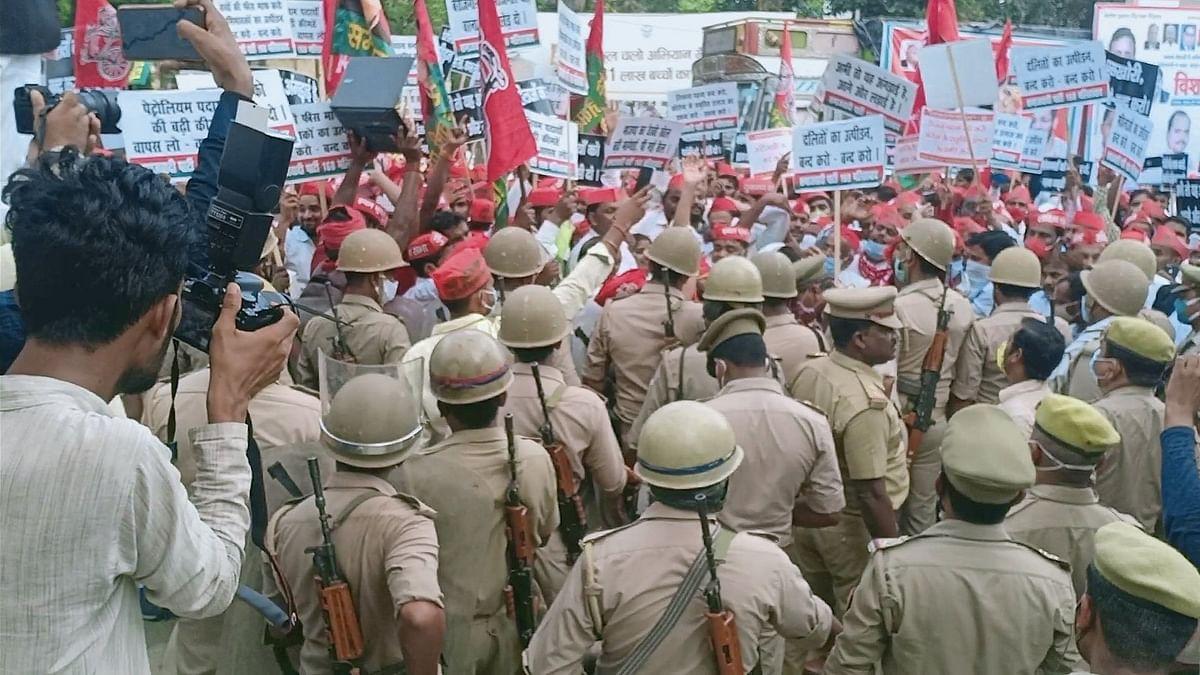 बलरामपुर में समाजवादी पार्टी के कार्यकर्ता और पुलिस की टीम