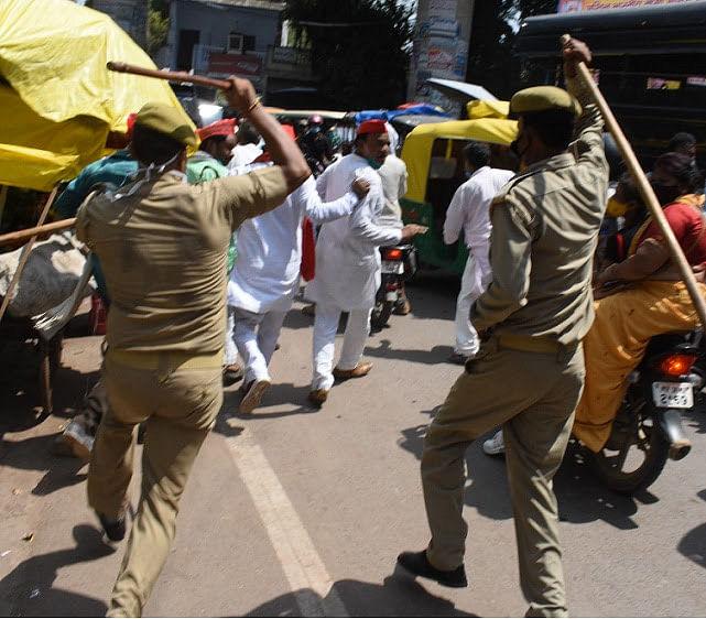 कानपुर समाजवादी पार्टी के कार्यकर्ताओं पर लाठीचार्ज करती यूपी पुलिस