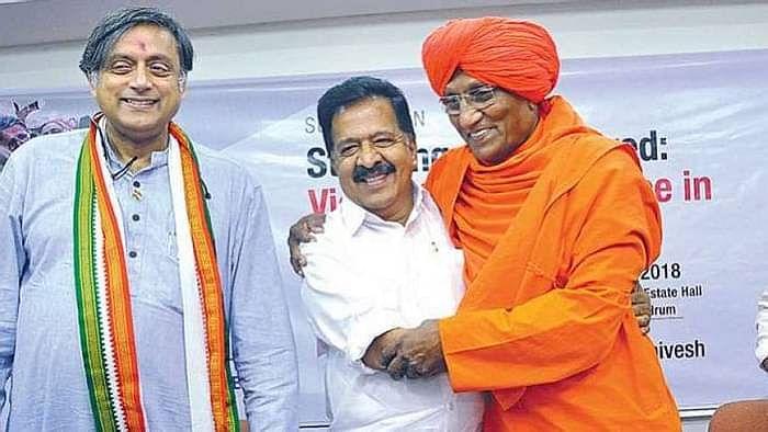 शशि थरूर और केरल के कांग्रेस नेता के रमेश चेन्निथला  के साथ स्वामी अग्निवेश