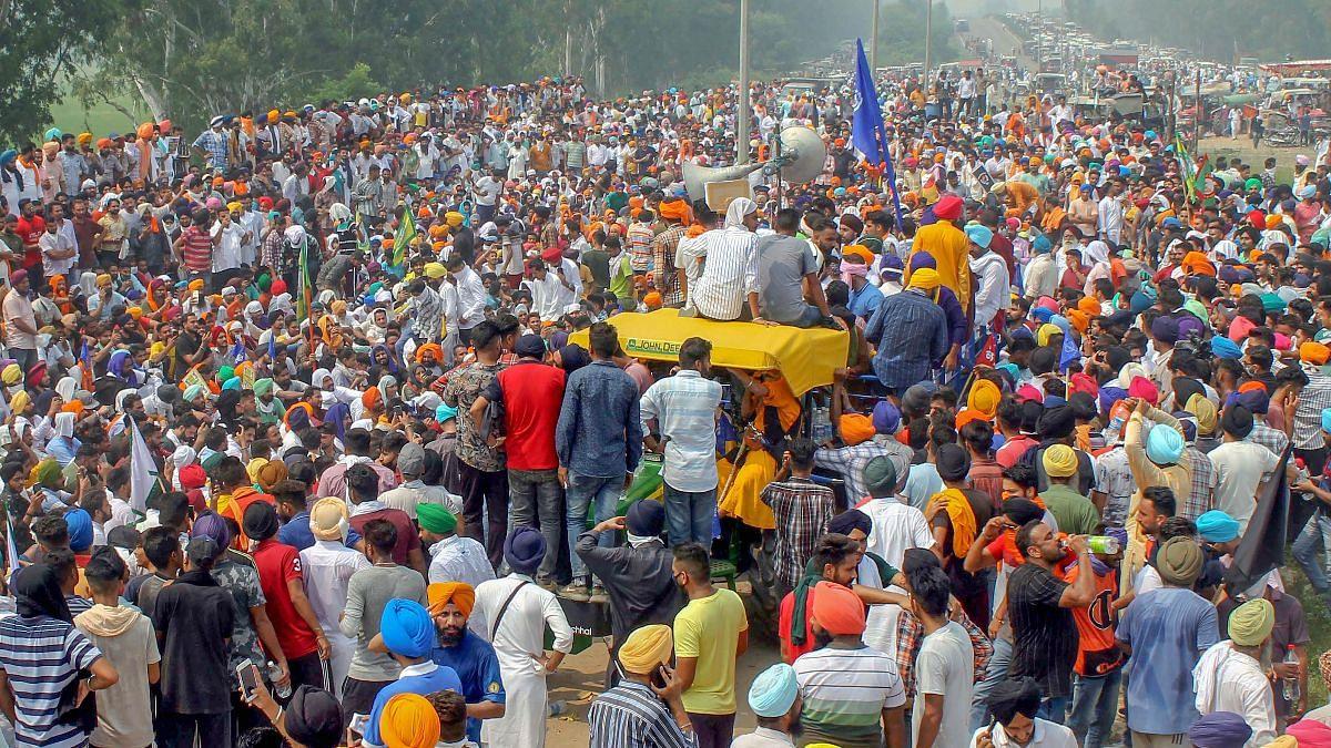 कृषि मंत्री ने बुलाई बैठक, खुद रहे नदारद- किसानों ने फाड़ी कॉपियां