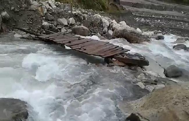 जोहार घाटी में क्षतिग्रस्त पुलों से जान जोखिम में डालकर चीन सीमा तक पहुंचते हैं भारतीय सेना के जवान