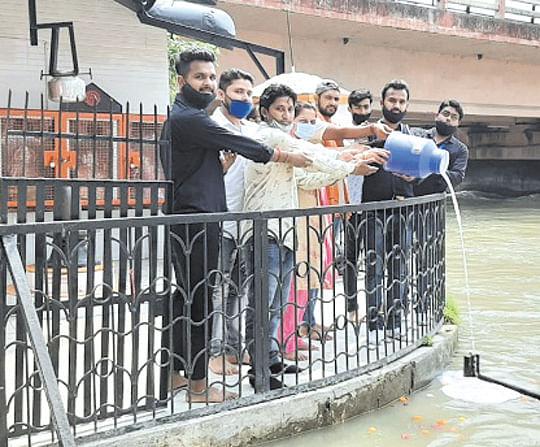 भाजयुमो कार्यकर्ताओं ने किया मां गंगा का दुग्धाभिषेक