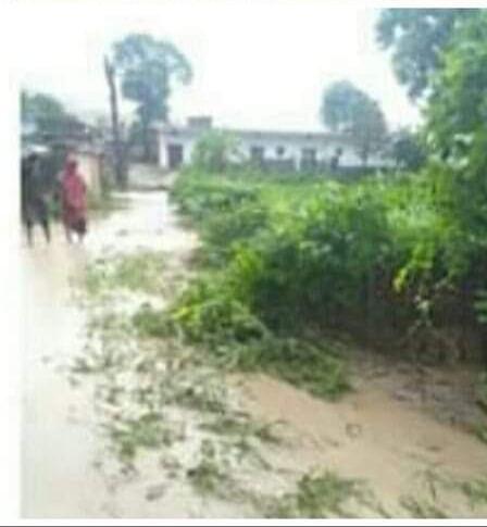 बारिश में रिलायंस कोलमाइंस के डंप का मलबा बहकर रिहायशी बस्तियों में पहुंचा, अमलोरी गांव में मची तबाही
