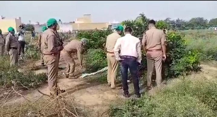 आगरा : लाठी-डंडों से पीटकर किशोर की हत्या, झाड़ियों में मिला शव