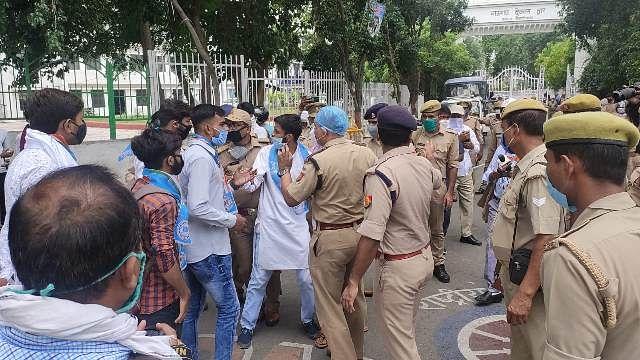 लखनऊ विश्वविद्यालय में एनएसयूआइ के छात्रों का प्रदर्शन, हिरासत में लिए गए