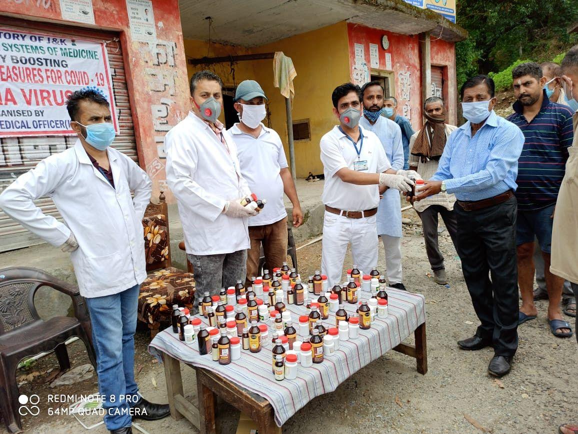 हटली गांव में आयुष चिकित्सा शिविर का आयोजन कर आयुर्वेदिक दवाईयां वितरित की
